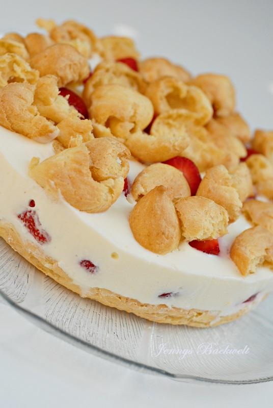 Brandteig-Flockentorte mit Erdbeeren