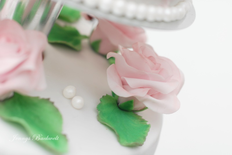 Hochzeitstorte mit rosa Rosen